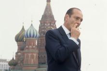 Mai 1987, voyage du Premier Ministre Jacques CHIRAC en URSS : Jacques CHIRAC fumant sur la place Rouge, devant les bulbes colorés de l'église Basile-le-Bienheureux